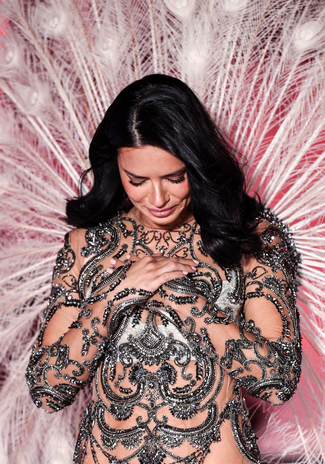 victorias secret fashion show adriana lima tears up - HD1280×1826