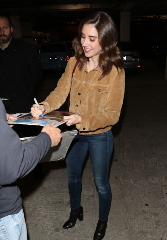 Alison Brie Signs Autographs For The Fans 11/13/2018