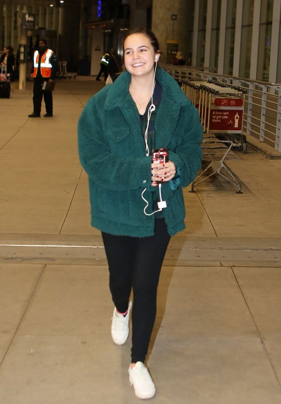 Bailee Madison at Pearson International Airport in Toronto 11/12/2018