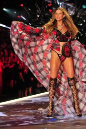 Behati Prinsloo – 2018 VS Fashion Show Runway