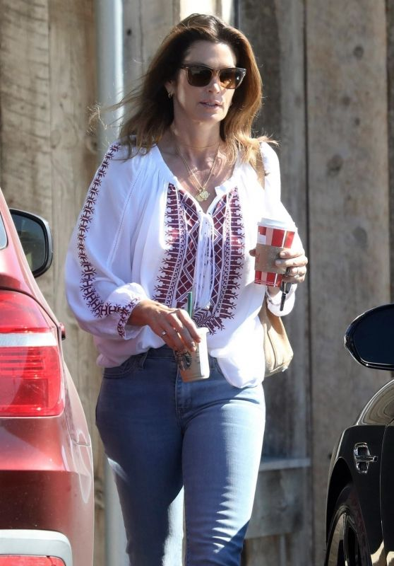 Cindy Crawford Grabs Coffee at Trancas Country Market in Malibu 11/02/2018