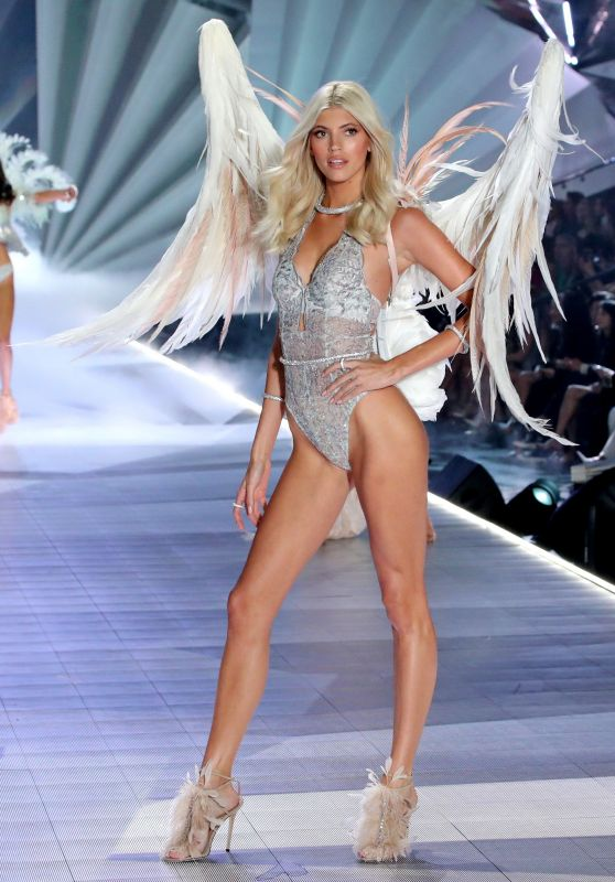 Devon Windsor – 2018 VS Fashion Show Runway