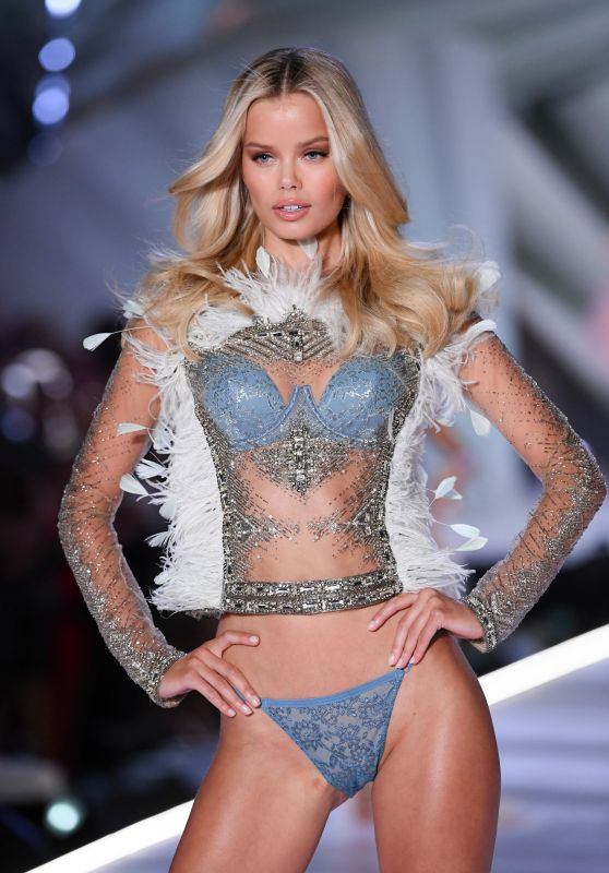 Frida Aasen – 2018 VS Fashion Show Runway