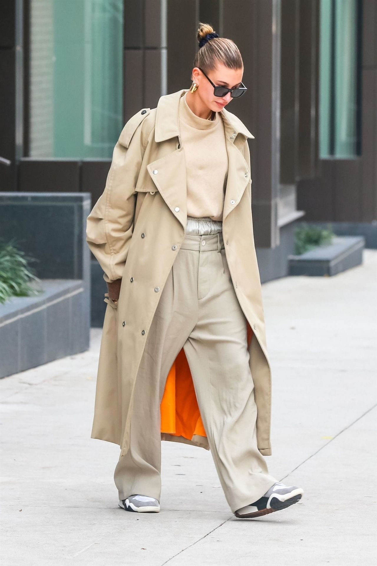 19 Stylish Fall Outfits Worth Copying: Leaving Her Apartment In NYC 11