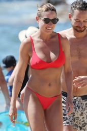 Lisa Clark in Bikini Enjoying a Beach in Sydney 11/11/2018