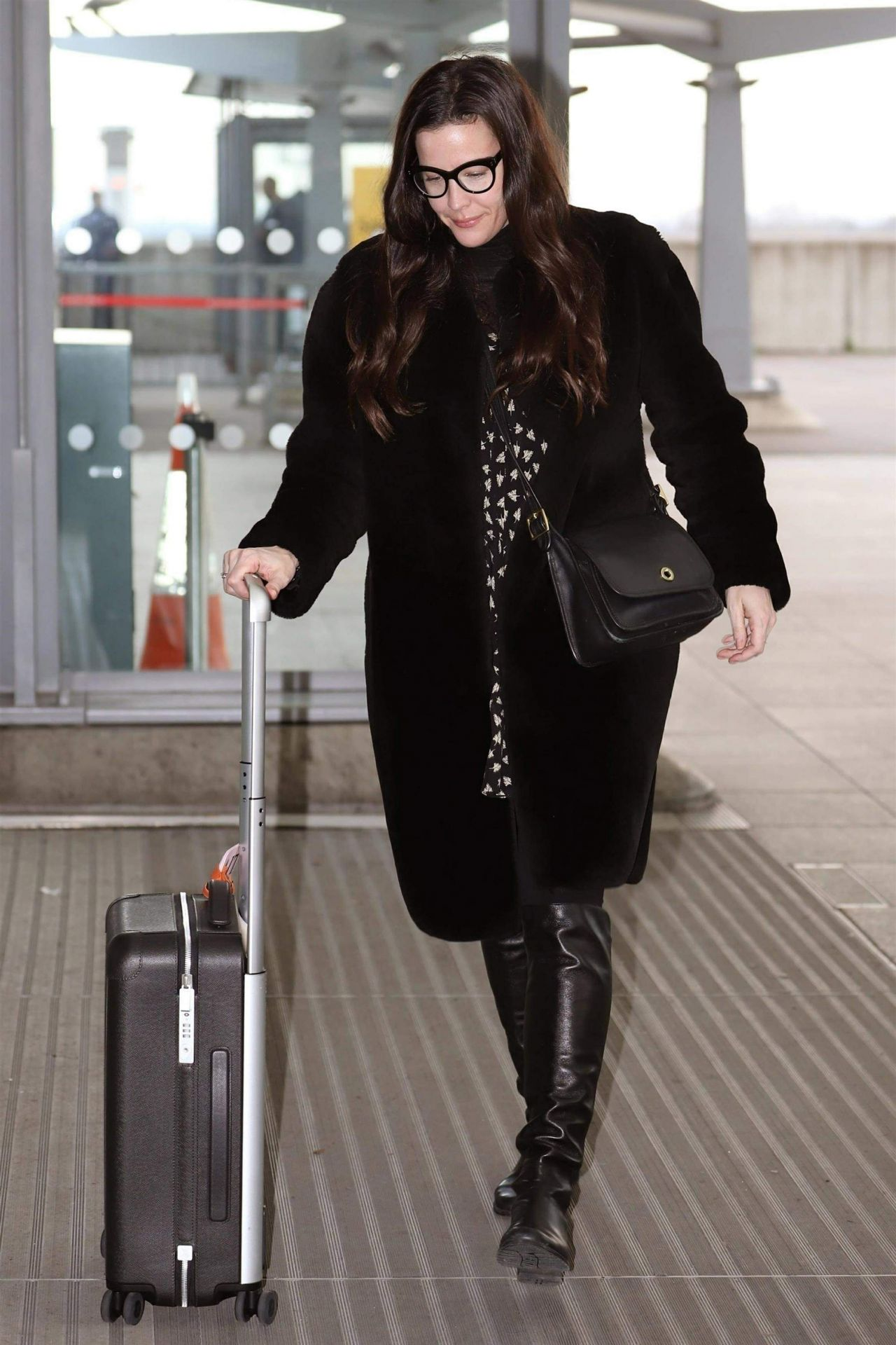liv tyler in travel outfit