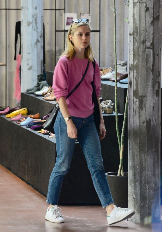 Nicola Peltz - Shopping With Her Family in West Hollywood 11/22/2018