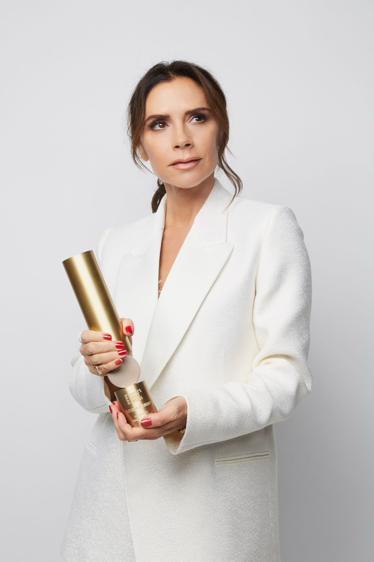 https://celebmafia.com/wp-content/uploads/2018/11/victoria-beckham-2018-people-s-choice-awards-portrait-3.jpg
