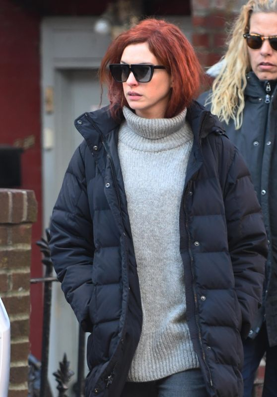 """Anne Hathaway On Her Way to Set to Film """"Modern Love"""" in New York 12/04/2018"""