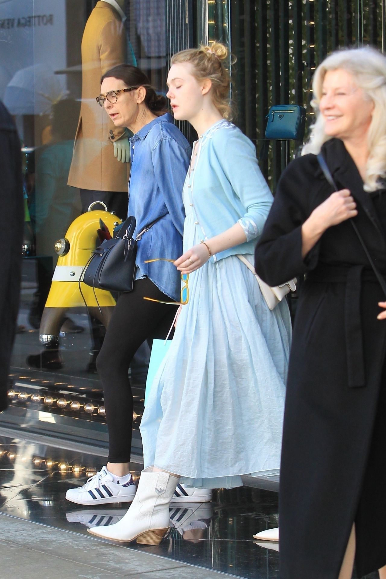 dakota fanning and elle fanning shopping with their mom