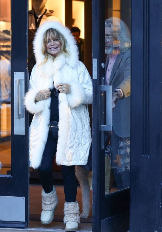Goldie Hawn - Shopping in Aspen 12/23/2018