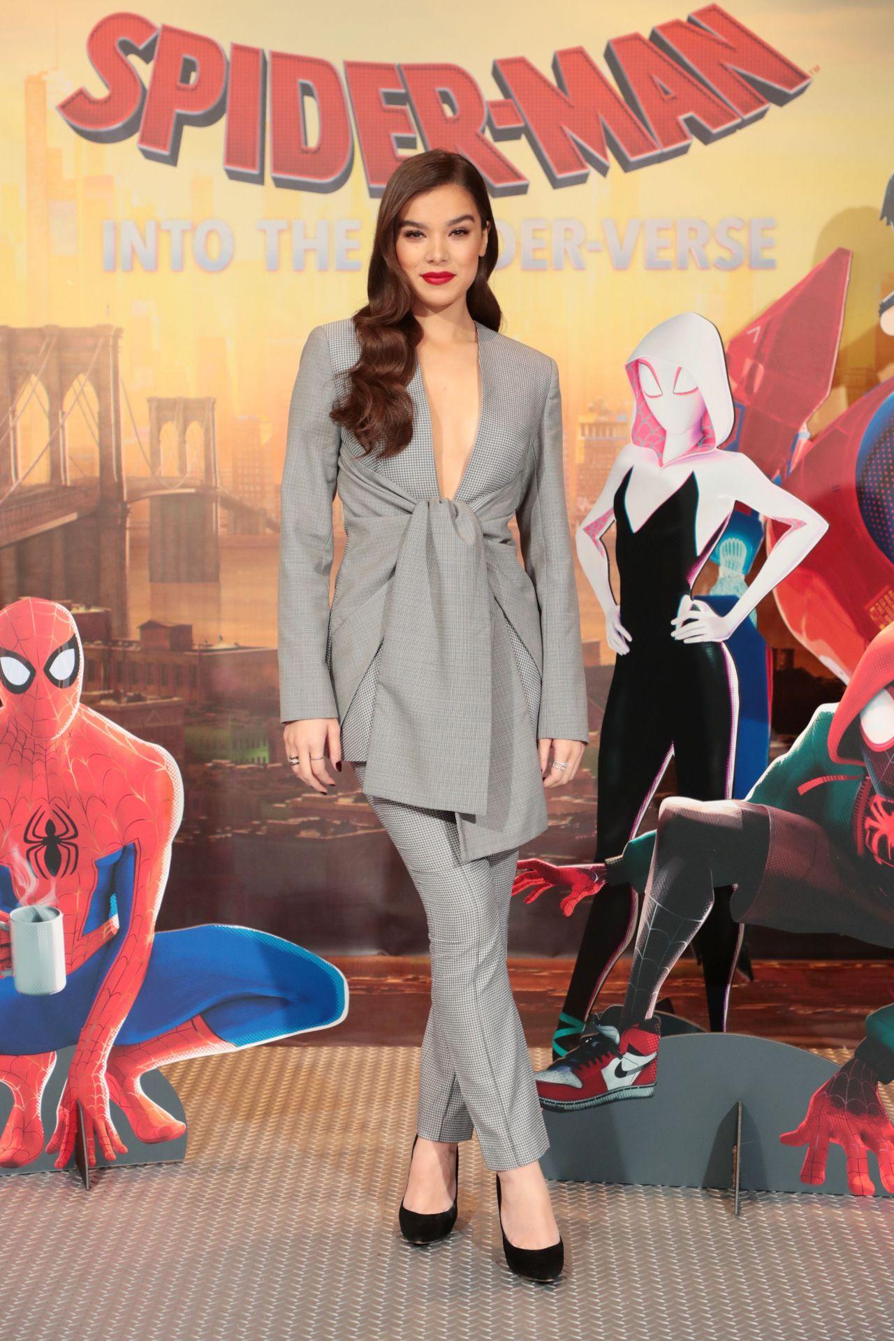 https://celebmafia.com/wp-content/uploads/2018/12/hailee-steinfeld-spider-man-into-the-spiderverse-photocall-in-la-9.jpg