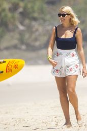 Holly Willoughby - Beach in Gold Coast, December 2018