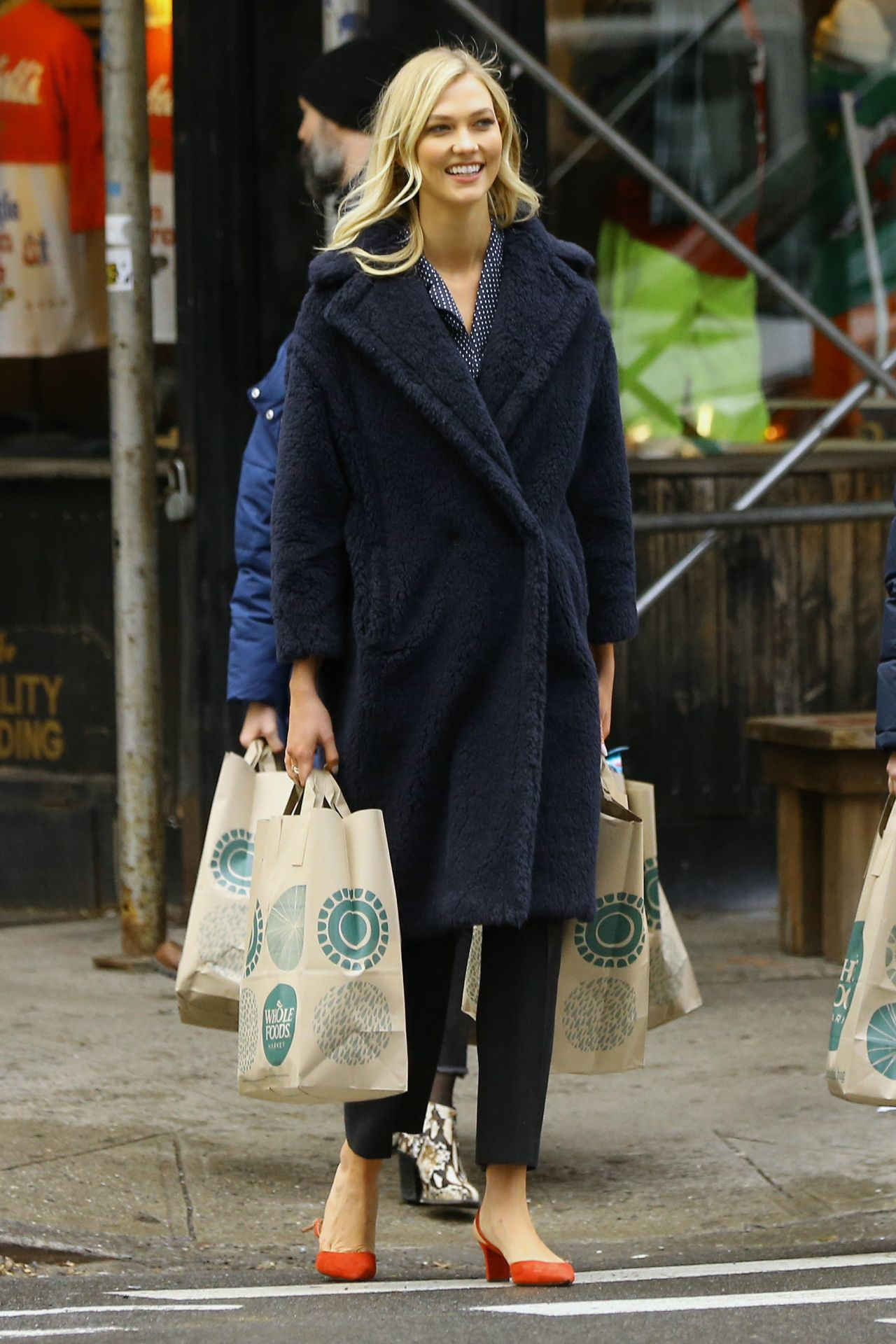 Karlie Kloss Shopping At Whole Foods In Nyc 11 30 2018