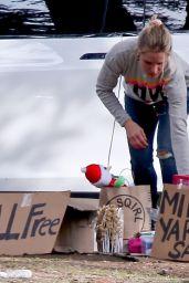 """Kristen Bell - Free """"Mini Yard Sale"""" in Front of Her Home in Los Feliz 12/23/2018"""