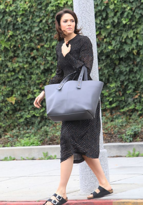 Mandy Moore With a Huge Grey Purse 12/05/2018