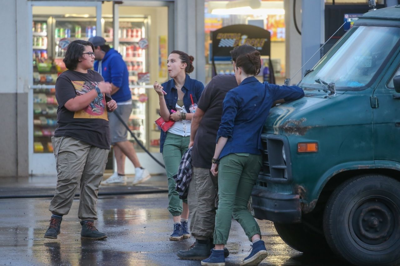 "8543c70cb669e Millie Bobby Brown – ""Godzilla vs Kong"" in Honolulu 12/16/2018"