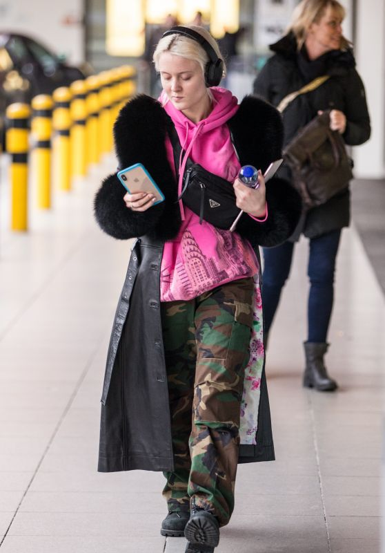 Zara Larsson in Travel Outfit - Tegel Airport in Berlin 12/14/2018