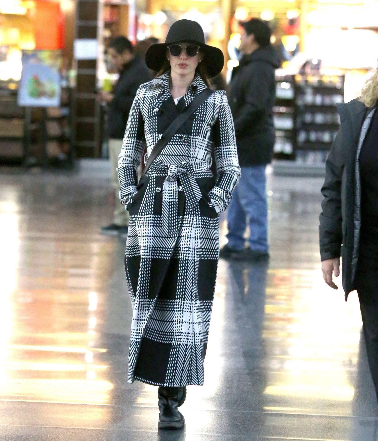 Anne Hathaway Travel Style 01/21/2019