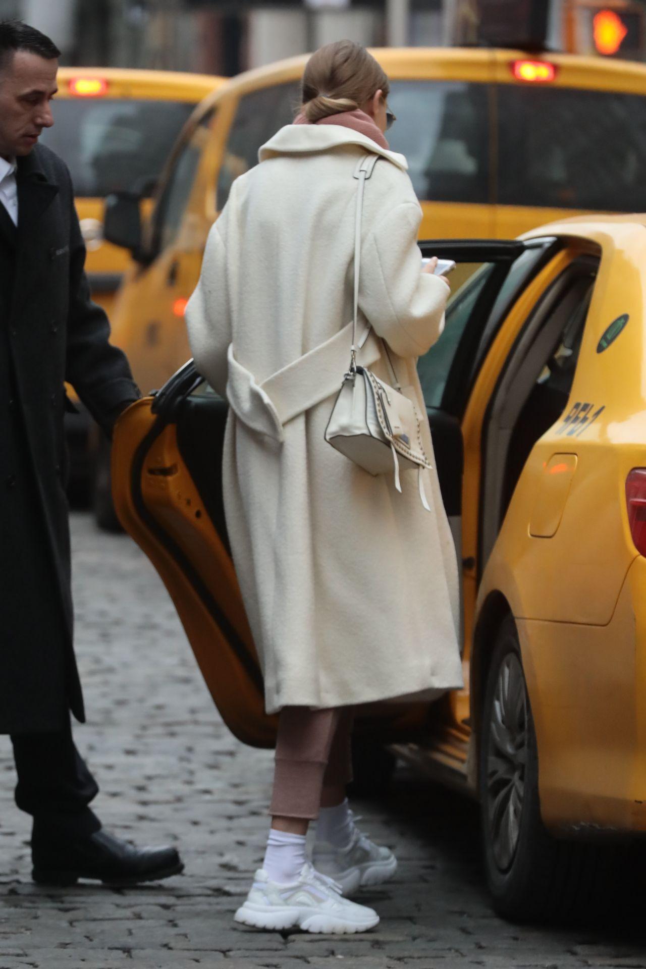 19 Stylish Fall Outfits Worth Copying: Gigi Hadid Street Fashion 01/19/2019