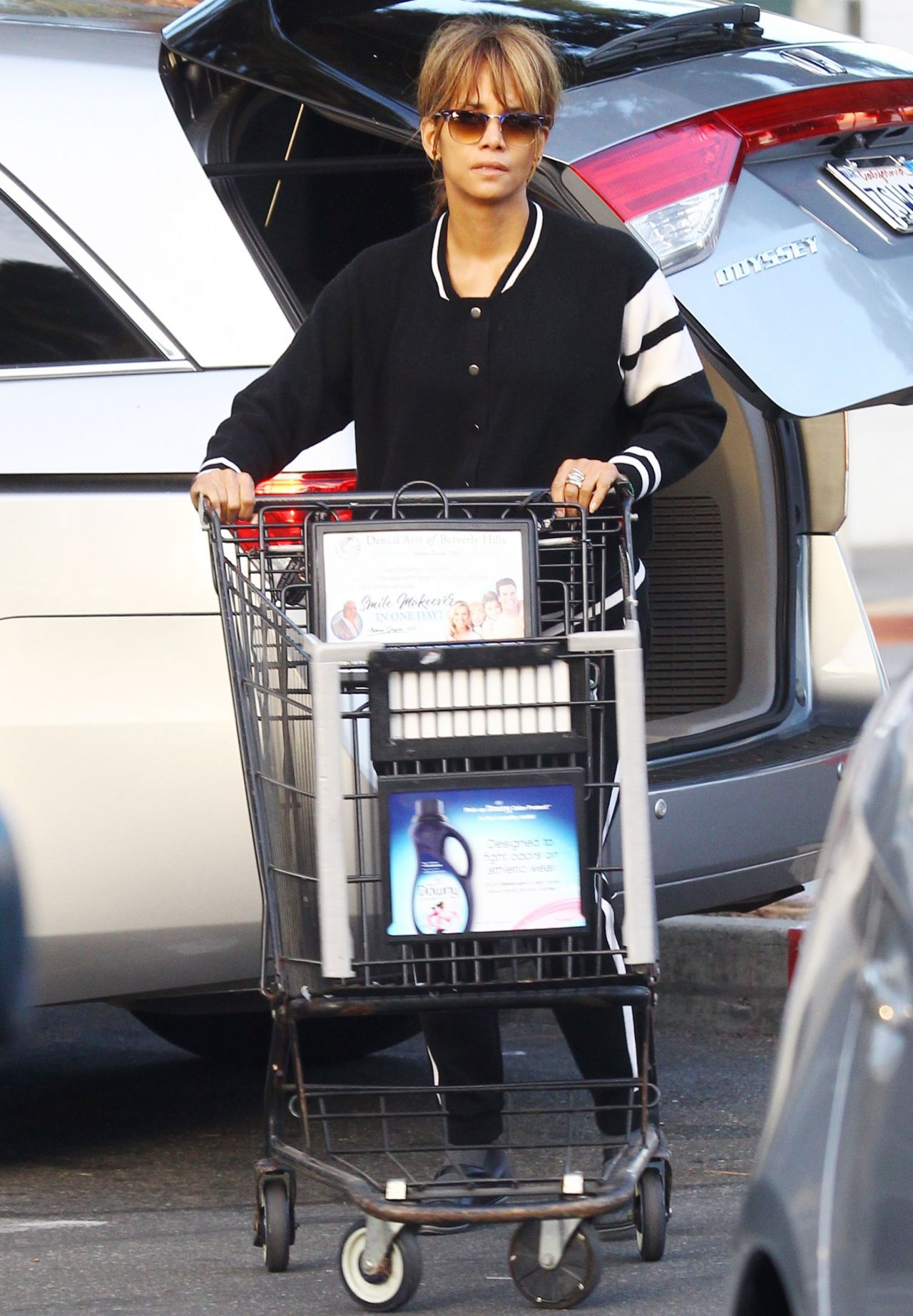 Halle Berry - Shopping...