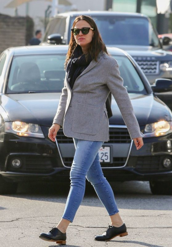 Jennifer Garner in Casual Attire at Brentwood Country Mart 01/28/2019
