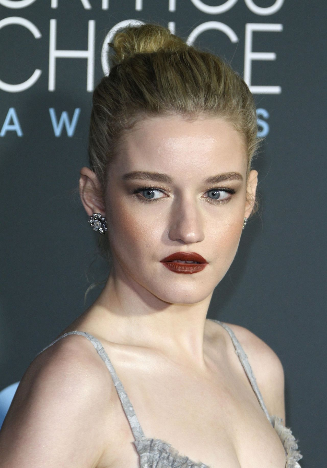 Julia Garner See Through 13 Photos: 2019 Critics' Choice Awards