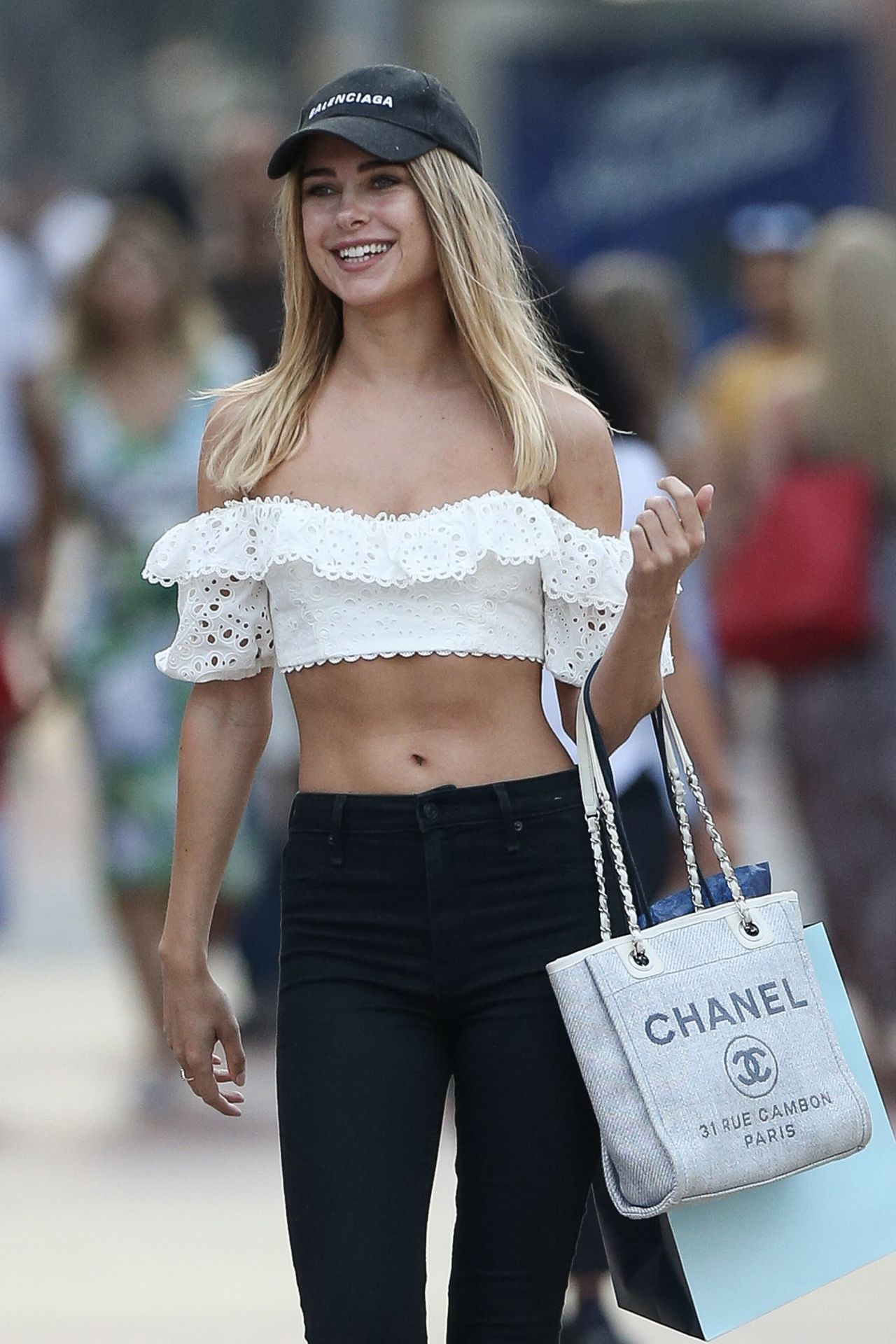 Kimberley Garner In A Tiny Crop Top And Tight Jeans 01/14/2019