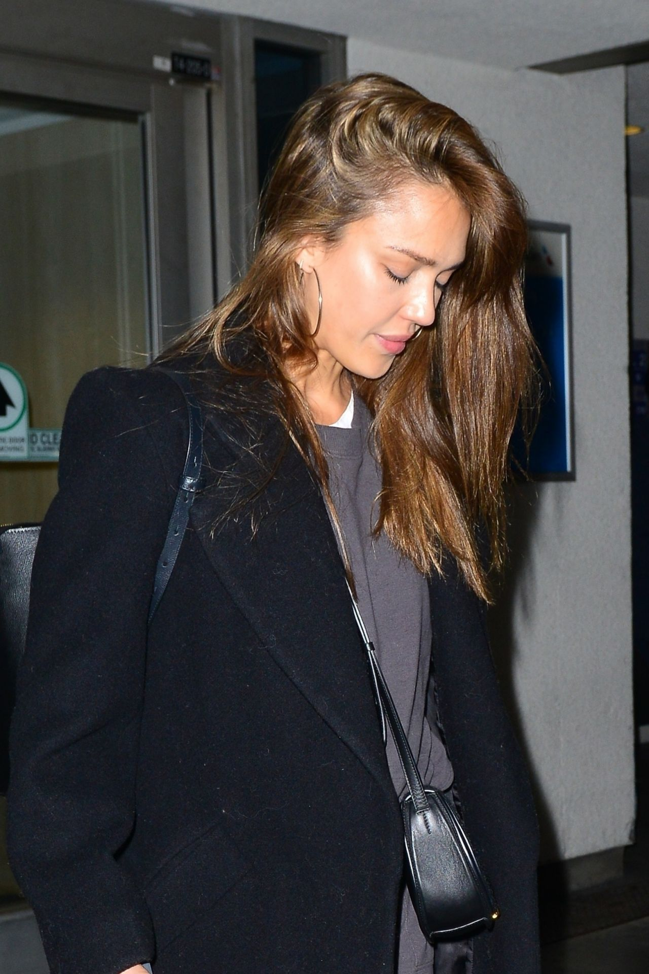 https://celebmafia.com/wp-content/uploads/2019/03/jessica-alba-in-travel-outfit-at-lax-in-la-03-29-2019-7.jpg