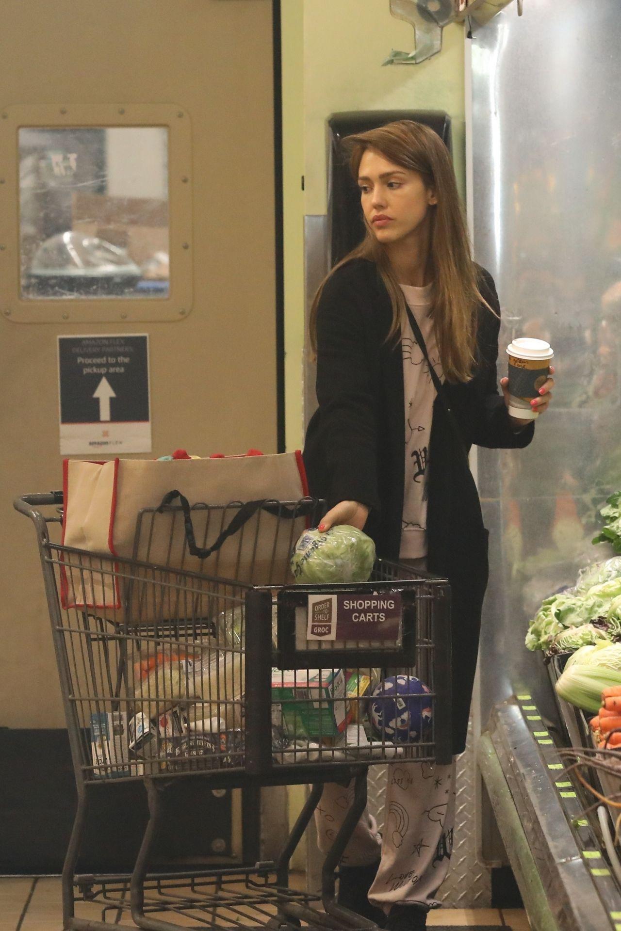 https://celebmafia.com/wp-content/uploads/2019/03/jessica-alba-shopping-at-whole-foods-market-in-beverly-hills-03-09-2019-1.jpg