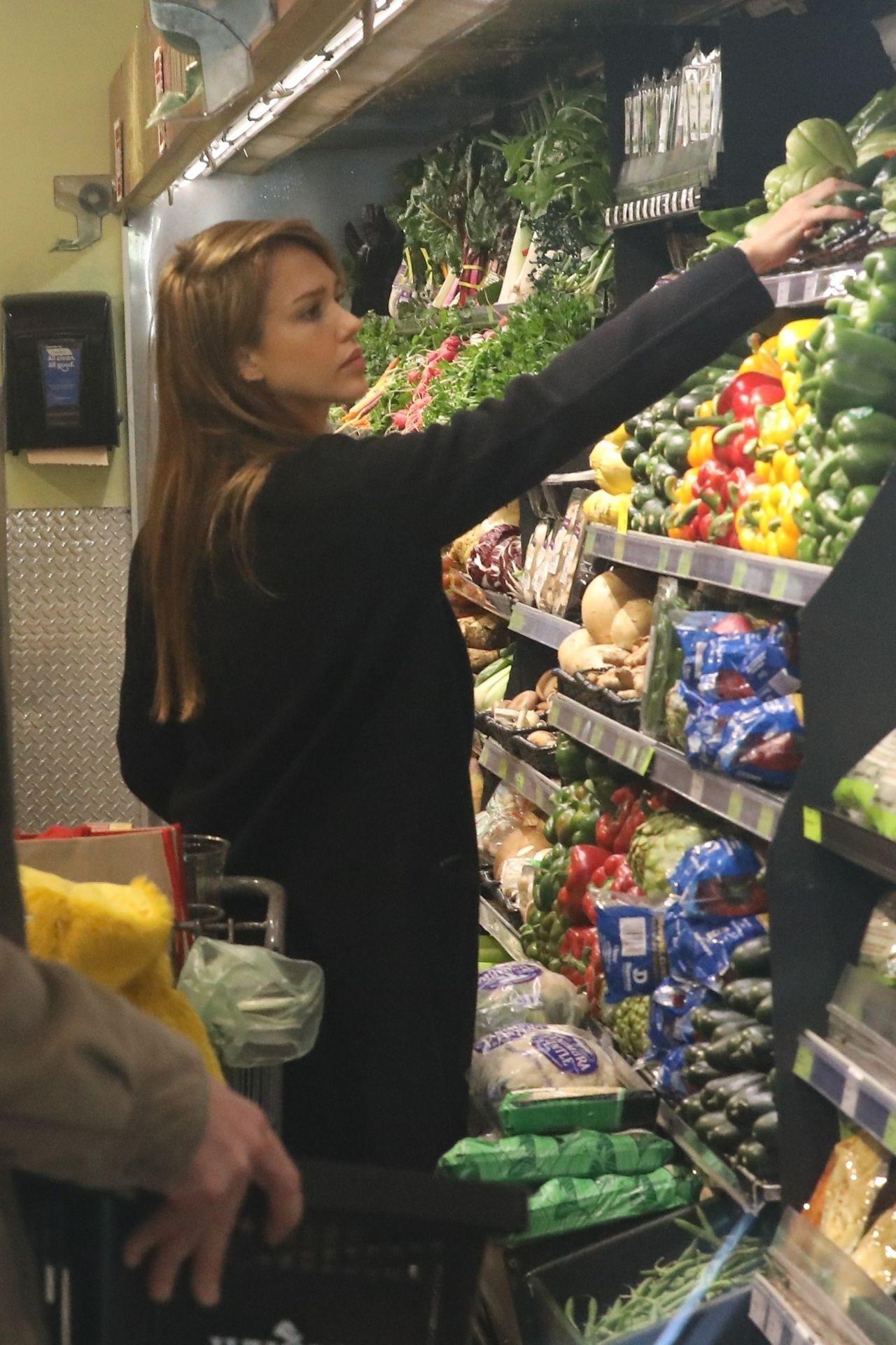 https://celebmafia.com/wp-content/uploads/2019/03/jessica-alba-shopping-at-whole-foods-market-in-beverly-hills-03-09-2019-2.jpg