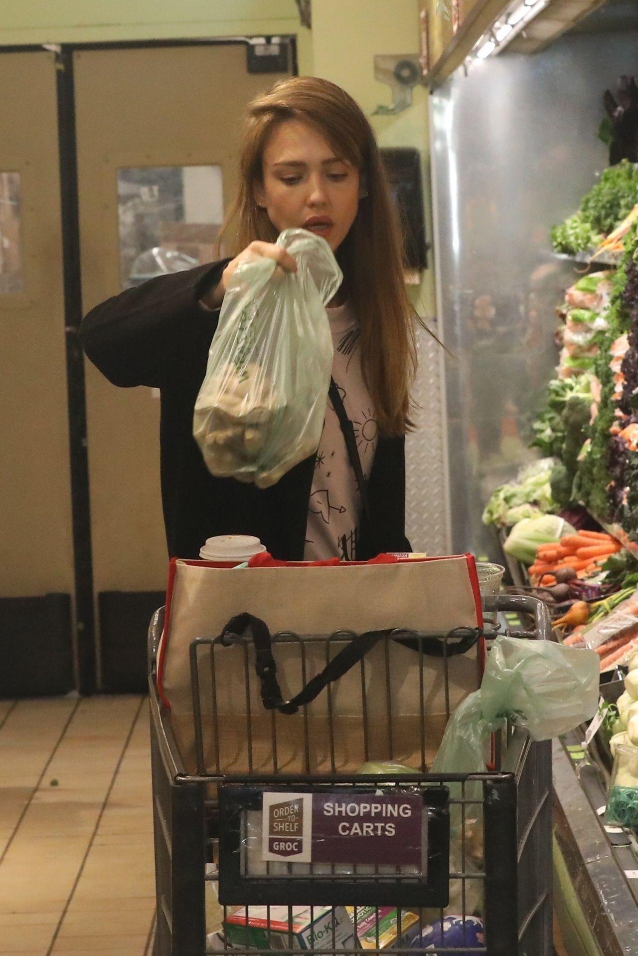 https://celebmafia.com/wp-content/uploads/2019/03/jessica-alba-shopping-at-whole-foods-market-in-beverly-hills-03-09-2019-6.jpg