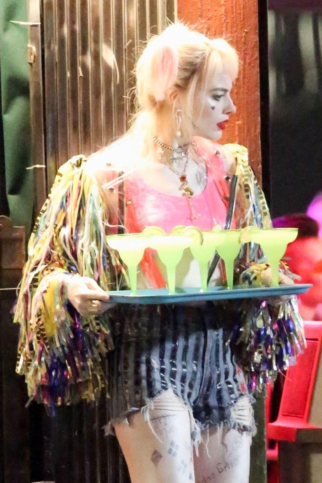 Margot Robbie Serving Margaritas Quot Birds Of Prey Quot Set In