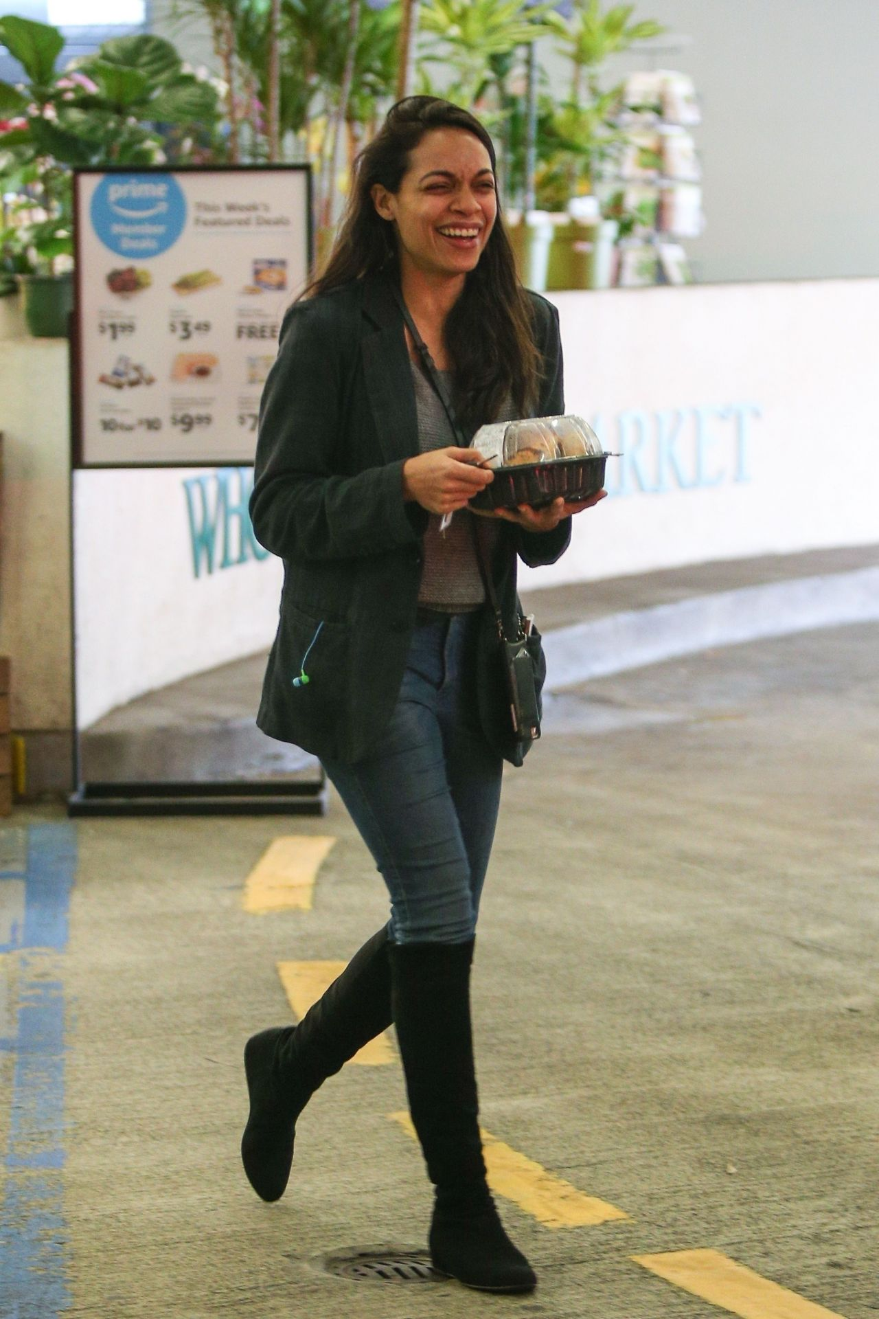 Rosario Dawson Whole Foods Market In Beverly Hills 03 03