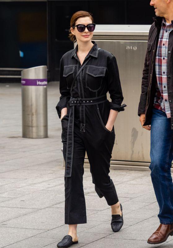 Anne Hathaway Cute Style - Heathrow Airport in London 04/08/2019