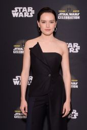 """Daisy Ridley - """"The Rise of Skywalker"""" Panel in Chicago 04/12/2019"""
