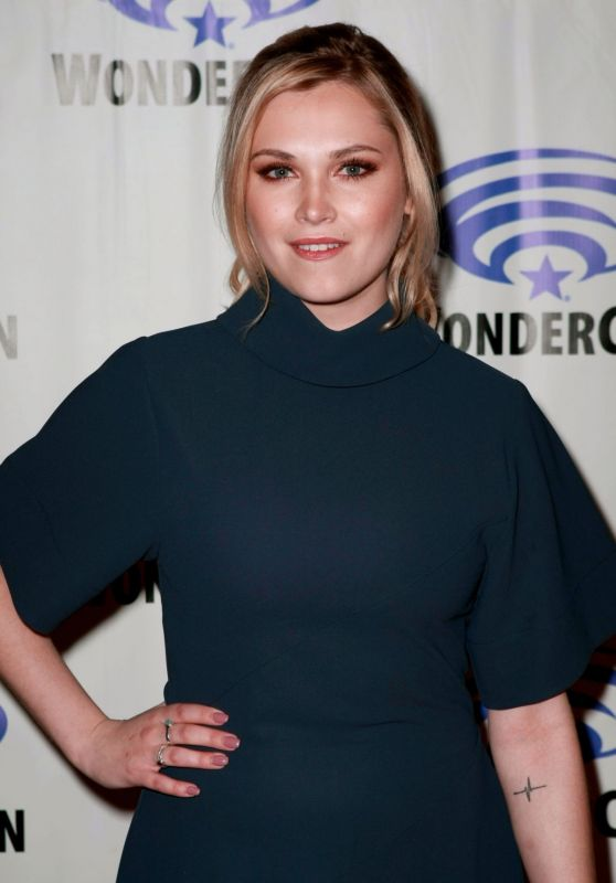 Eliza Taylor – The 100 Press Line at WonderCon 2019