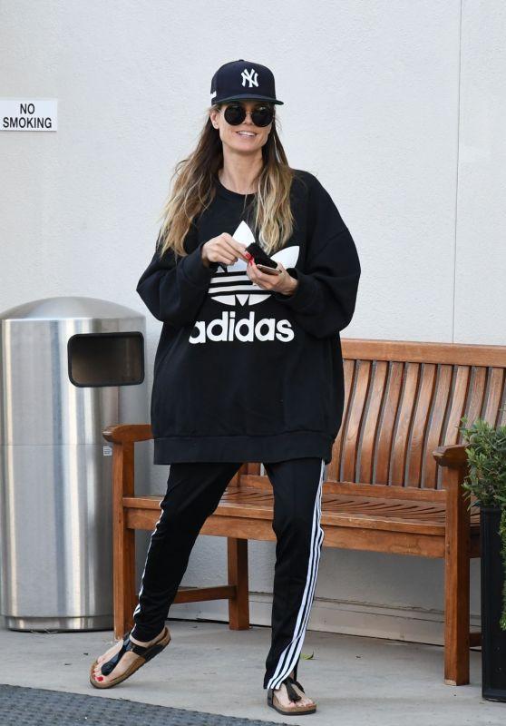 Heidi Klum in an Oversized Sweatshirt and a Baseball Cap 04/02/2019