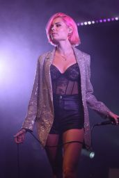 Nina Nesbitt Performs Live at The 2 in Manchester 04/13/2019