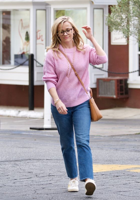 Reese Witherspoon at Brentwood Country Mart 04/11/2019