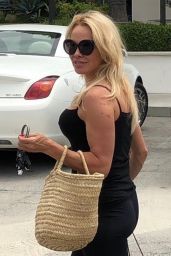 Pamela Anderson in Tights - Shopping in LA 06/27/2019