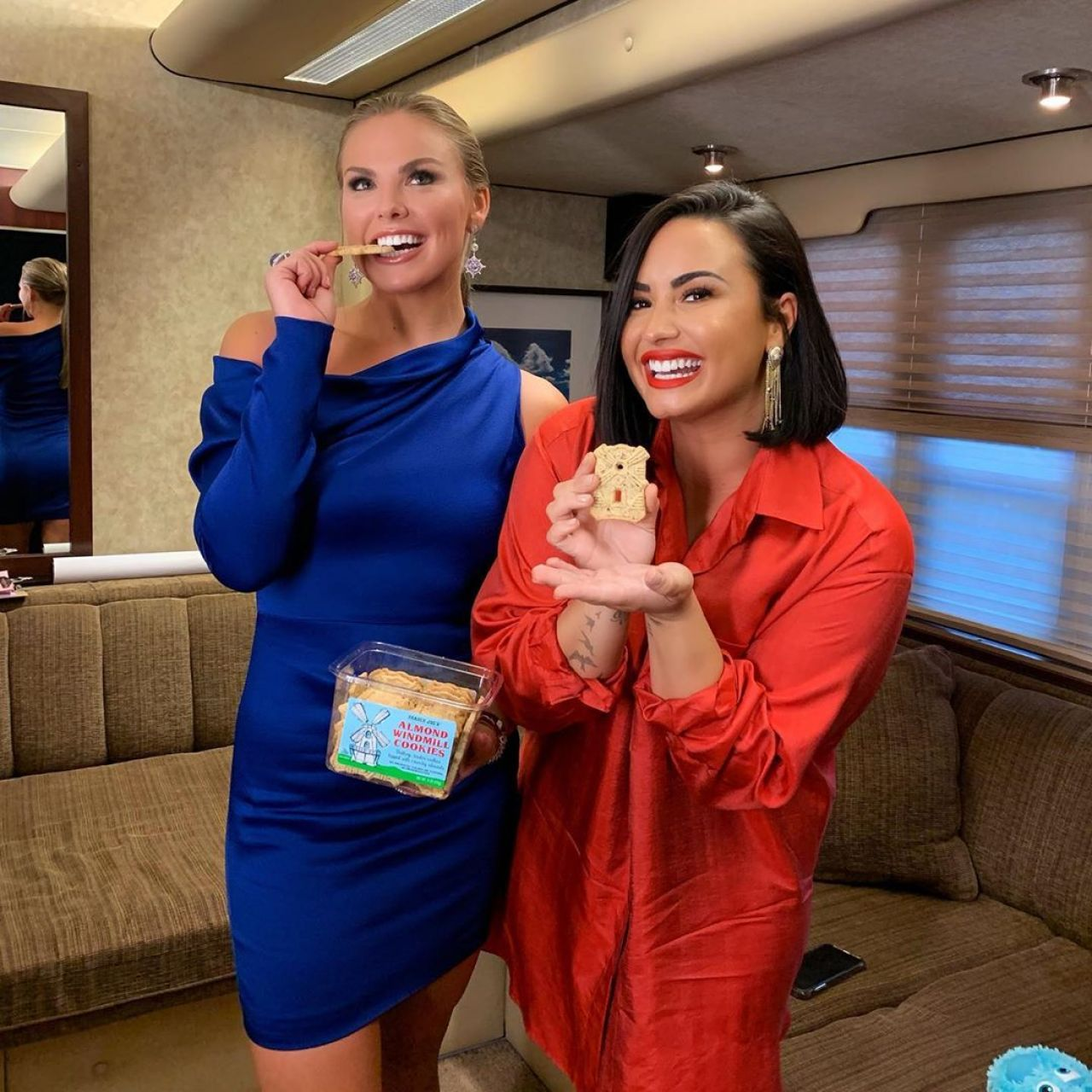 Demi Lovato and Alabama Hannah from The Bachelorette eating cookies and looking sexy :)