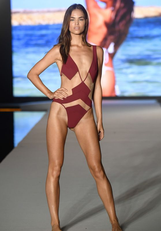 Robin Holzken - 2019 Sports Illustrated Swimsuit Runway Show at Miami Swim Week