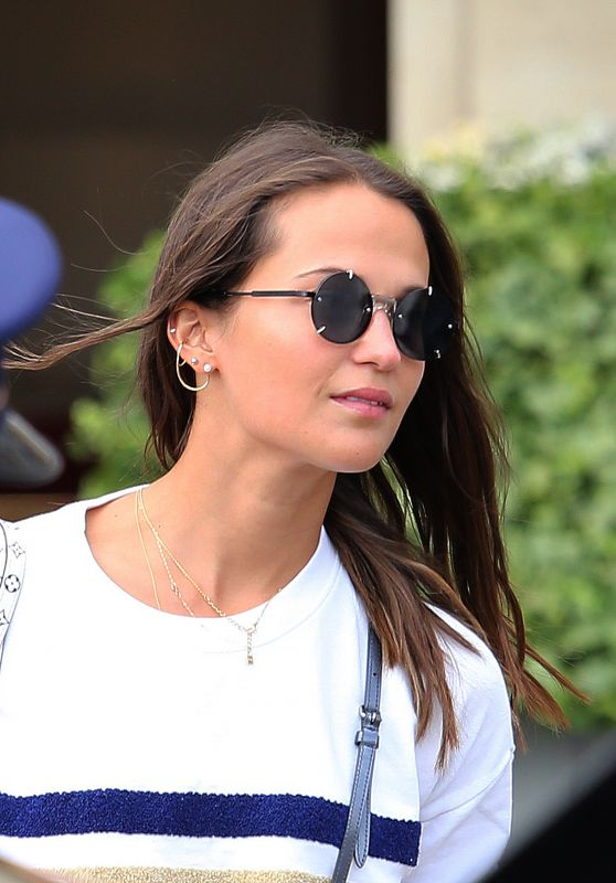 alicia-vikander-and-michael-fassbender-out-in-paris-09-05-2019-3_thumbnail.jpg