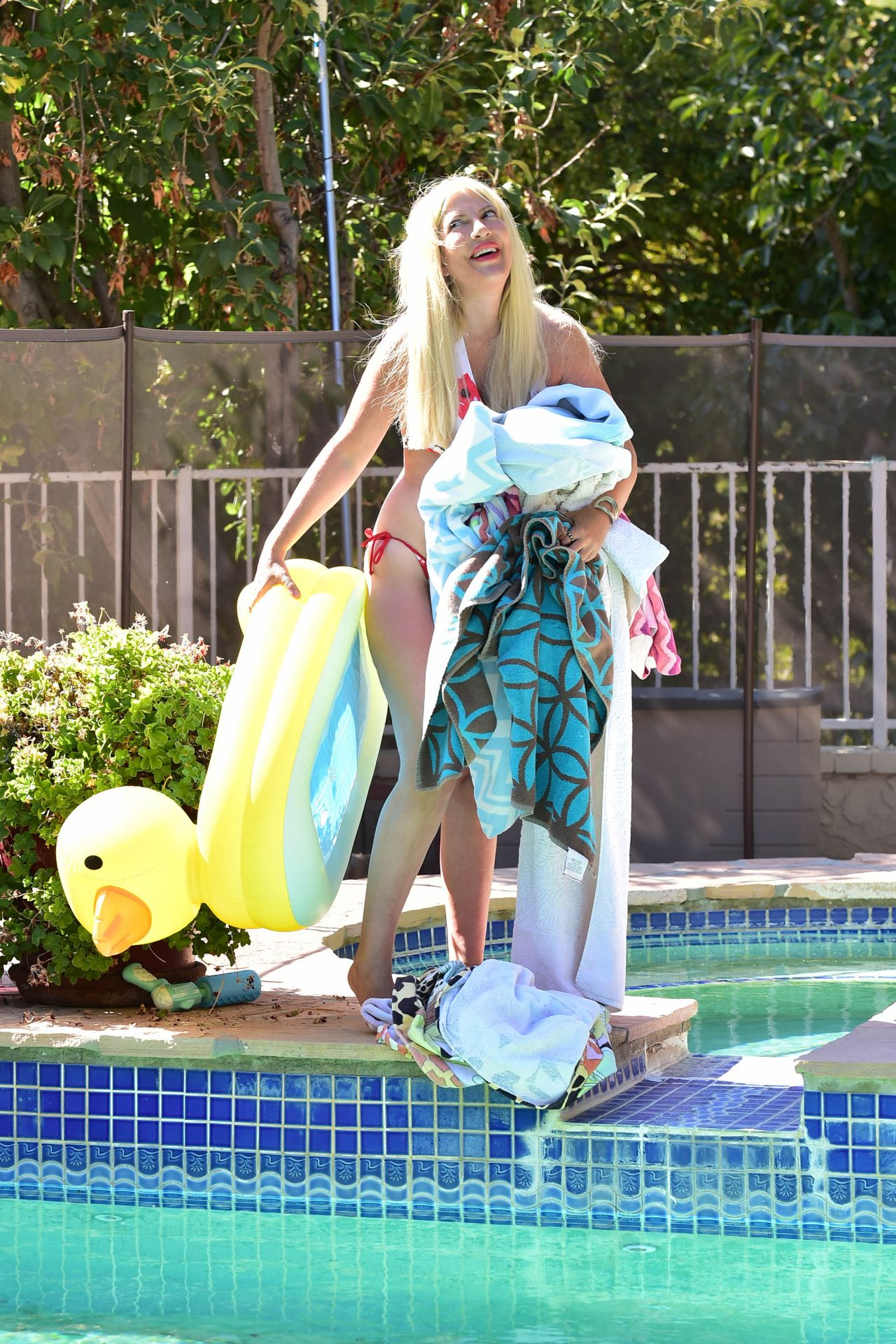 Tori Spelling In A Bikini By The Pool In Malibu 09 18 2019