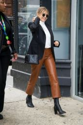 Elizabeth Olsen Chic Autumn Look - Out in NYC 10/08/2019