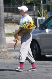 Kristen Stewart Purchased a Large Bouquet of Sunflowers - Los Angeles 10/18/2019