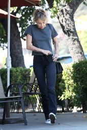 Miley Cyrus - Out for Breakfast in Toluca Lake 10/12/2019