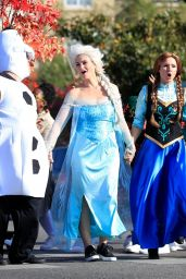 "Kristen Bell and James Corden - Perform a ""Frozen"" Skit in Traffic Outside CBS Studios 11/06/2019"