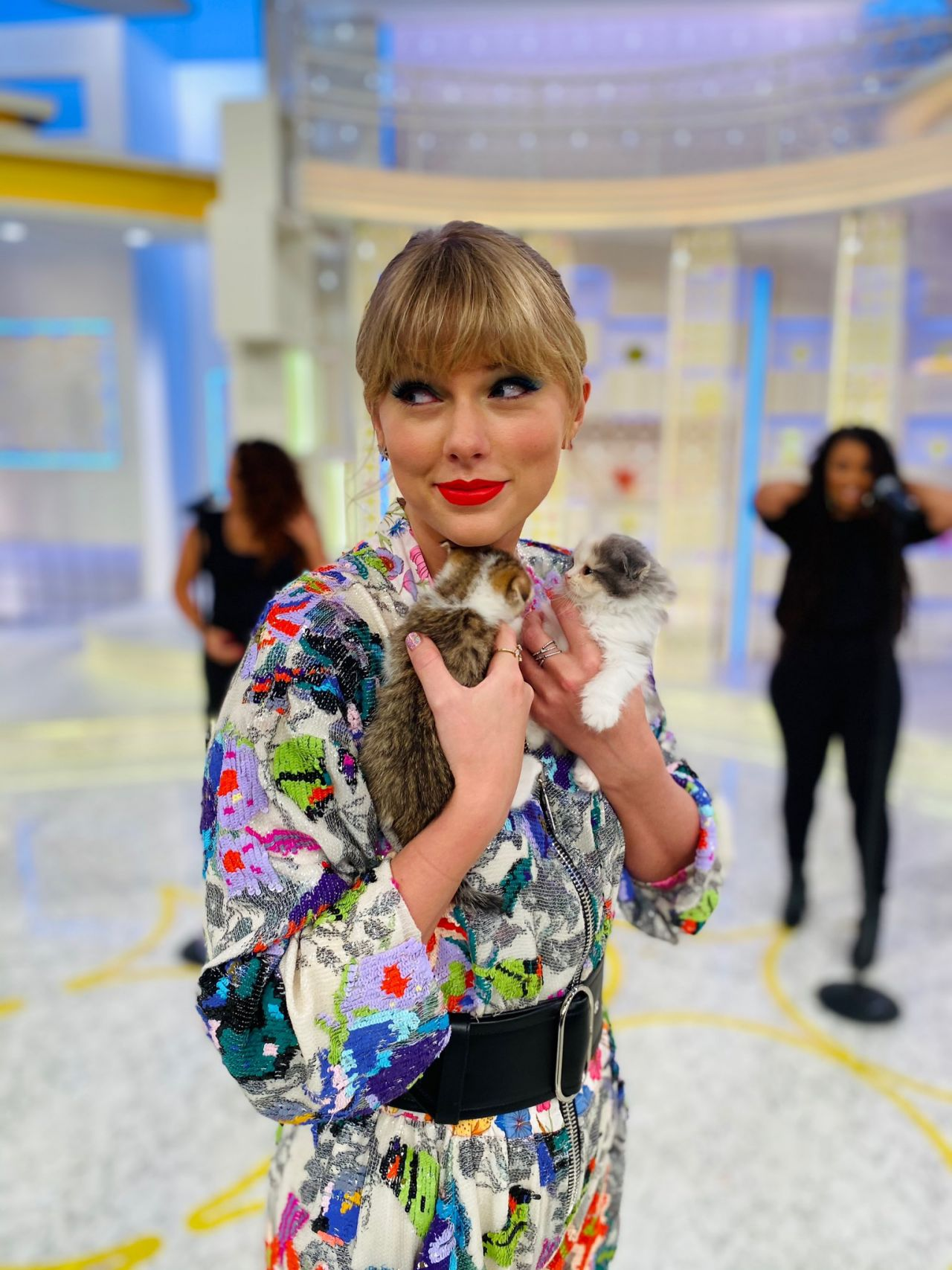 Gorgeous Taylor Swift posing with some cute cats in Tokyo, Japan